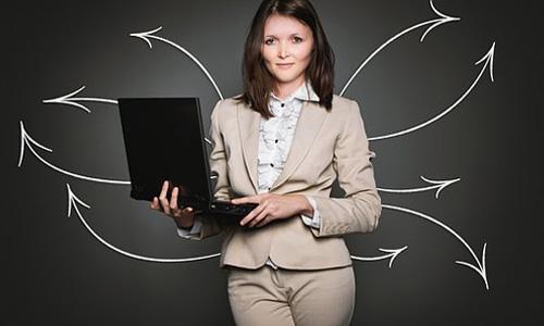 oportunidades de liderança de mulheres segurando laptop - A Nestlé Pretende Conceder Mais Oportunidades de Liderança às Mulheres